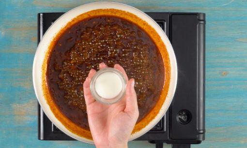 menambahkan larutan maizena ke dalam saus kecap gochujang untuk resep ikan bakar.