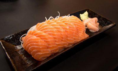 Sepiring Sashimi ikan salmon.