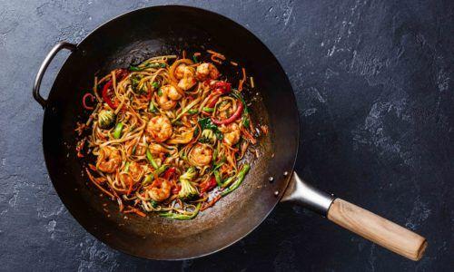 Masakan tumis berupa mi dan udang.