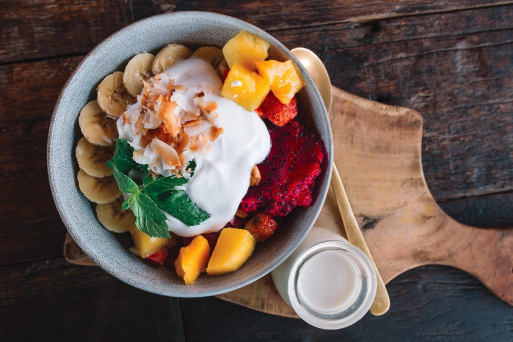 Salad buah dengan yogurt untuk makan pagi.
