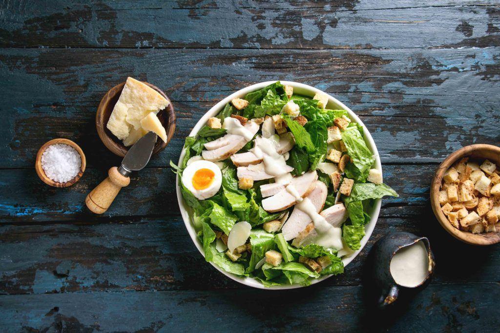 salad dressing di atas caesar salad