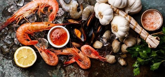 Seafood segar dan bumbunya untuk resep tumis kangkung.