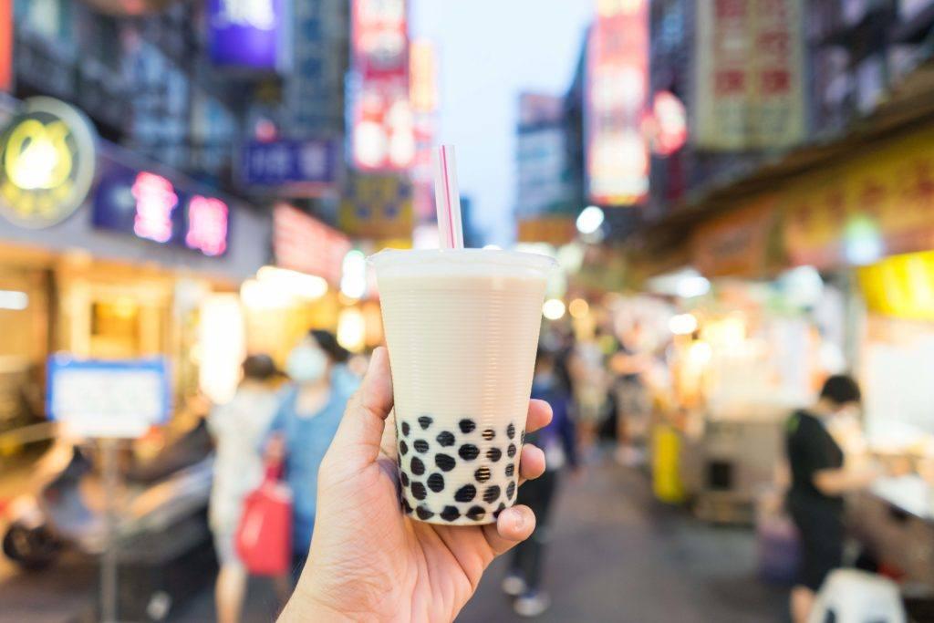 Teh susu dibeli di pasar di Taiwan.
