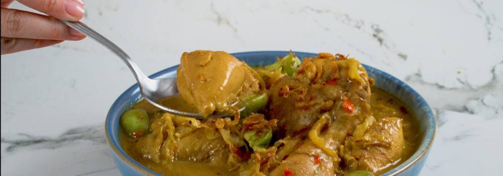 Tongseng Ayam Mercon tersaji dalam mangkuk berwarna biru.