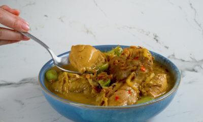 Semangkuk hasil masak resep tongseng ayam mercon tengah dinikmati.