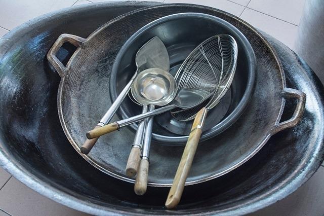 Peralatan menggoreng untuk ayam gepuk.