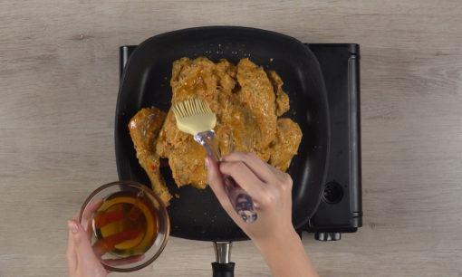 Memanggang ayam taliwang.