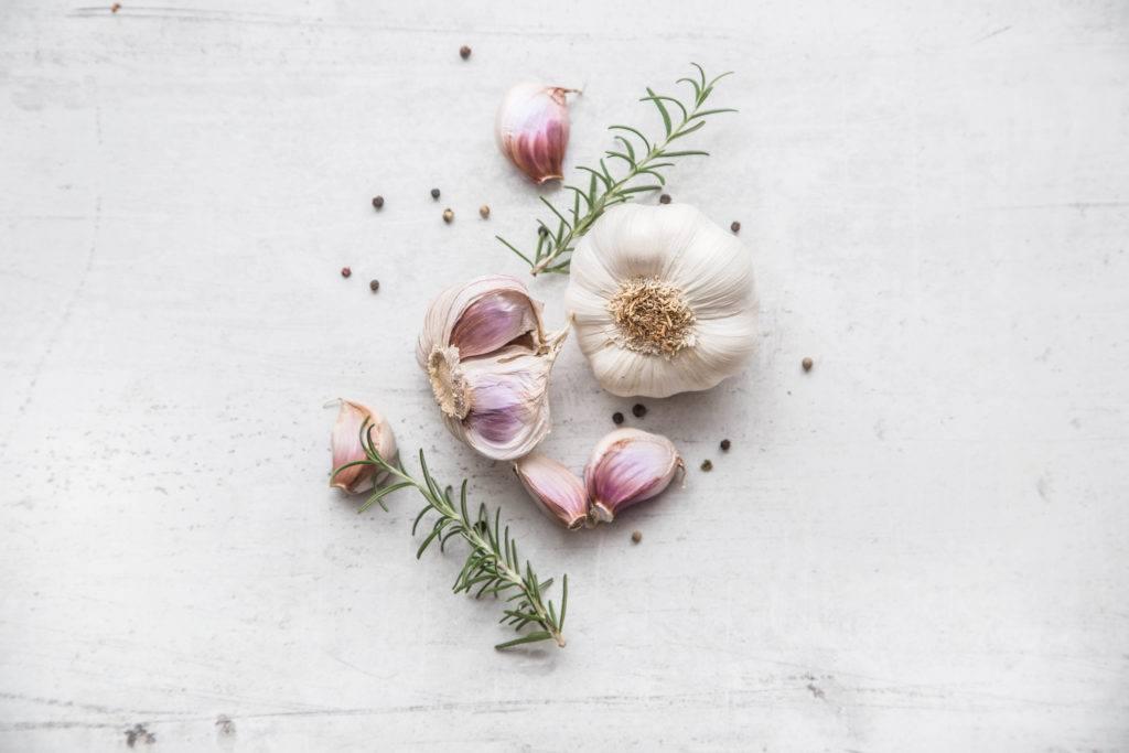 Bawang putih dengan background putih.