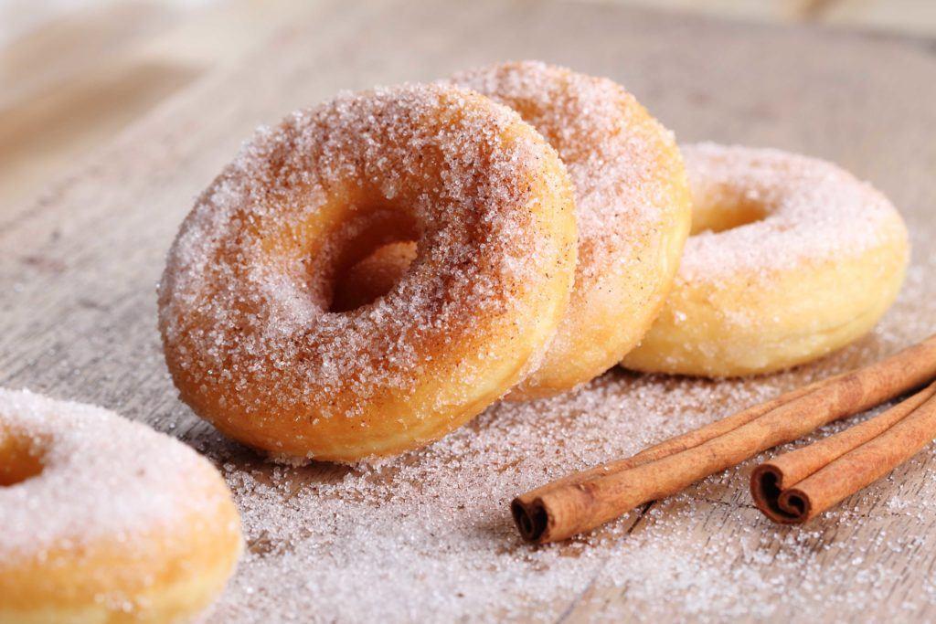 Cara membuat donat yang empuk adalah dengan perbandingan tepung yang tepat.