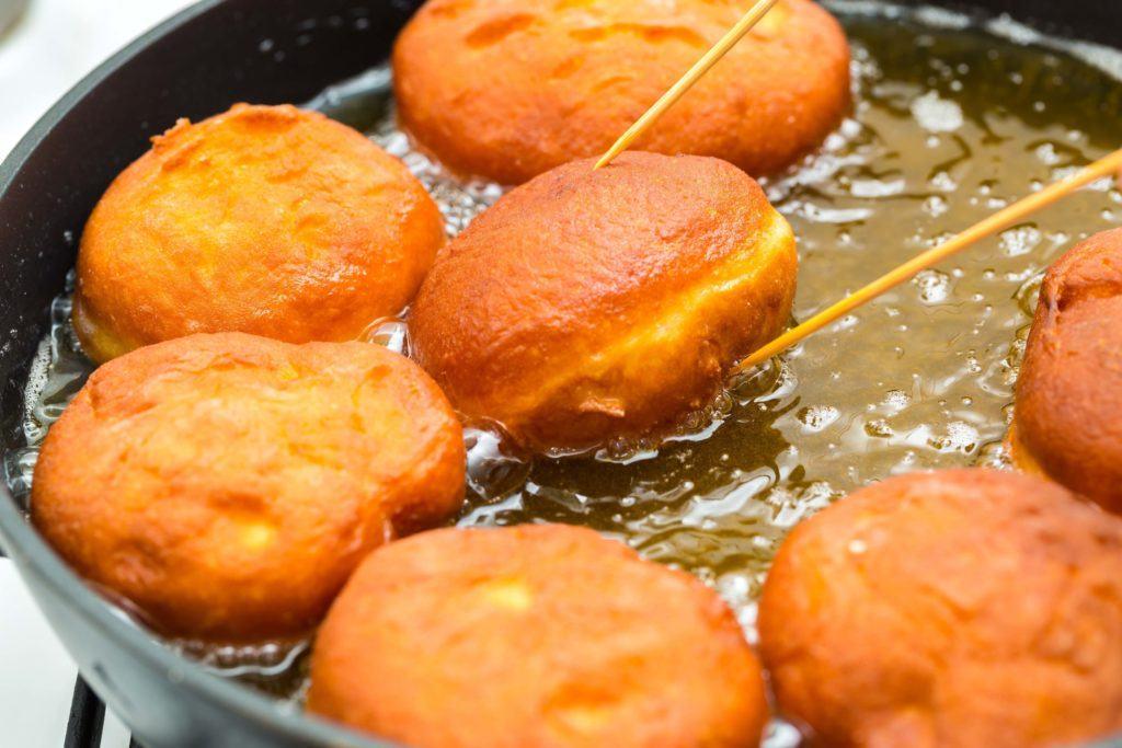 Cara membuat donat kentang dengan minyak goreng padat.