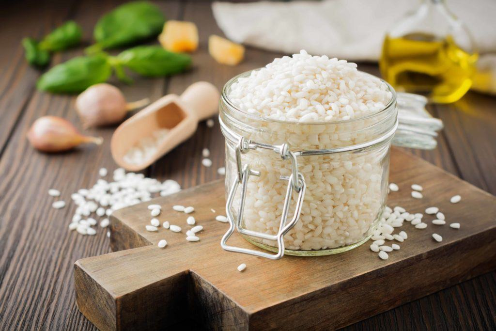 Cara membuat risotto dimulai dari pemilihan beras arborio.