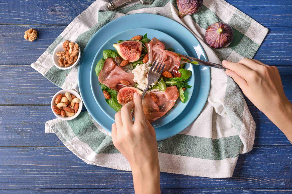 Menikmati salad untuk menjaga jumlah kalori makanan.