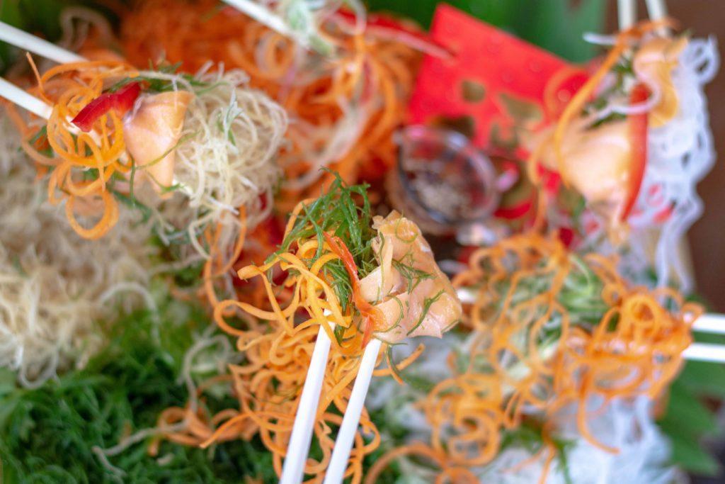 Makanan khas Imlek, Yee Sang, dan tradisi mengangkat makanan.