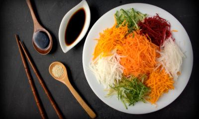 Makanan khas Imlek, Yee Sang, dan sayurannya.