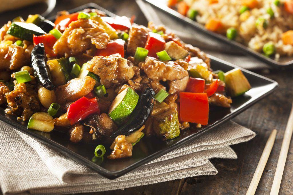 Ayam kung pao adalah masakan Cina yang sangat terkenal.