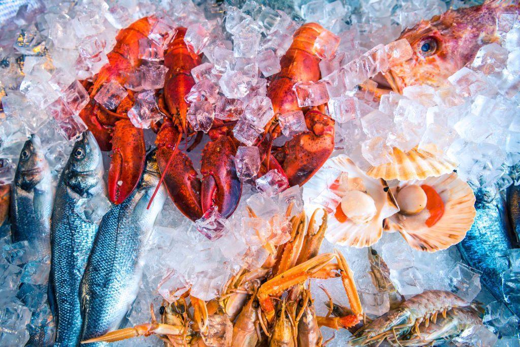 Menyimpan daging di kulkas termasuk seafood.
