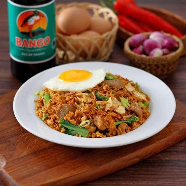 Resep makanan rumahan nasi goreng jawa tersaji dengan telur mata sapi.