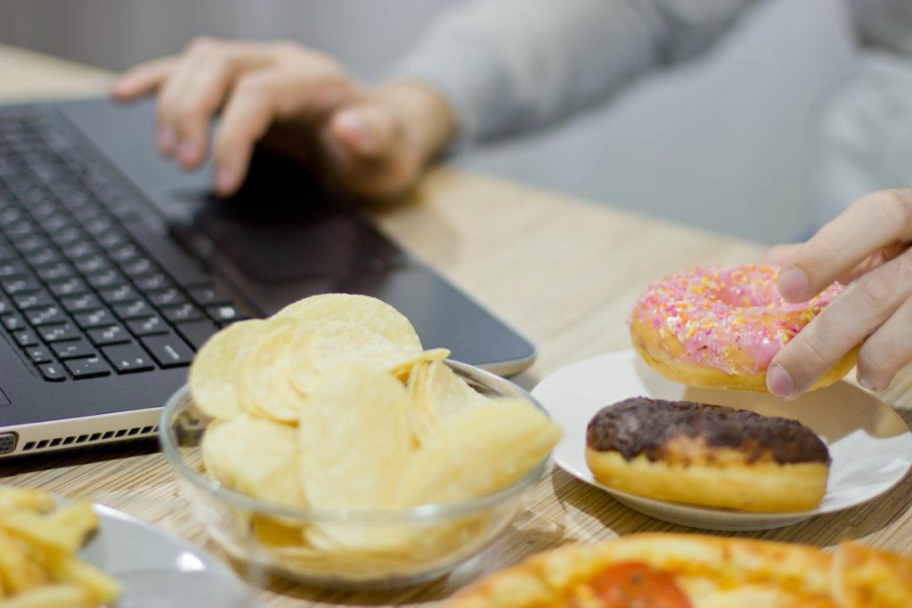 Berbagai makanan yang tidak baik untuk kesehatan pencernaan.
