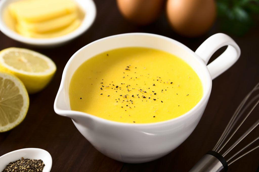 Saus Hollandaise dalam wadah adalah jenis saus Prancis lainnya selain Saus Bechamel.