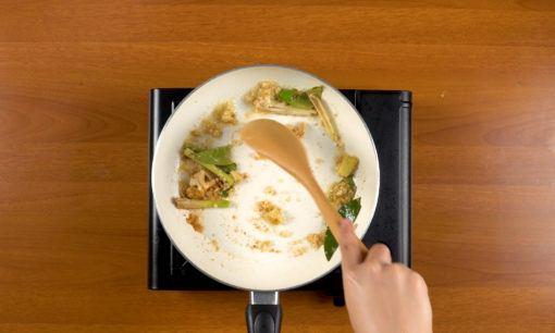 Menumis bumbu halus sayur lodeh.