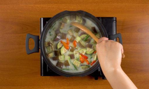 Memasak sayuran untuk sayur lodeh.