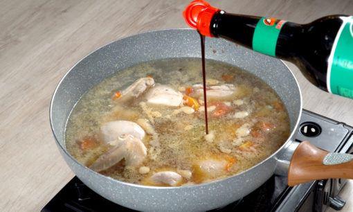 Menambahkan kecap untuk resep semur ayam kecap.
