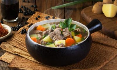 Sop daging sapi tersaji hangat.