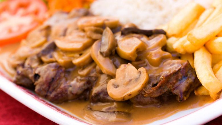 Steak saus mushroom tersaji dengan French fries.