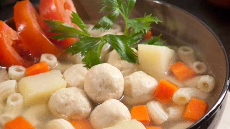 Sup Ayam Makaroni tersaji hangat.