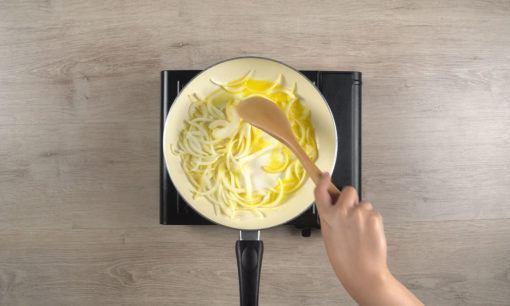 Menumis bawang untuk sup jamur.