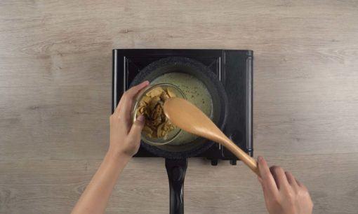 Mencampur sup jamur dengan jamur yang sudah ditumis.