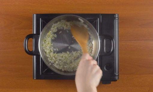 Menumis bawang untuk resep sup kimlo.