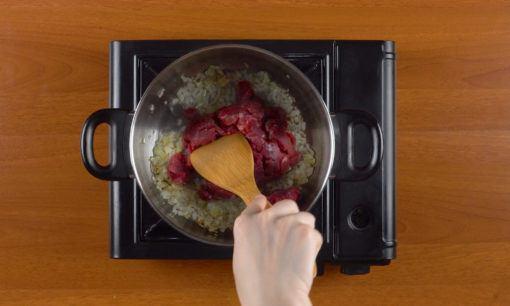 Menumis daging sapi untuk resep sup kimlo.