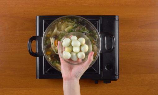 Menambahkan telur puyuh untuk sup kimlo.