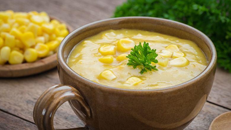 Sup krim jagung tersaji di mangkuk.