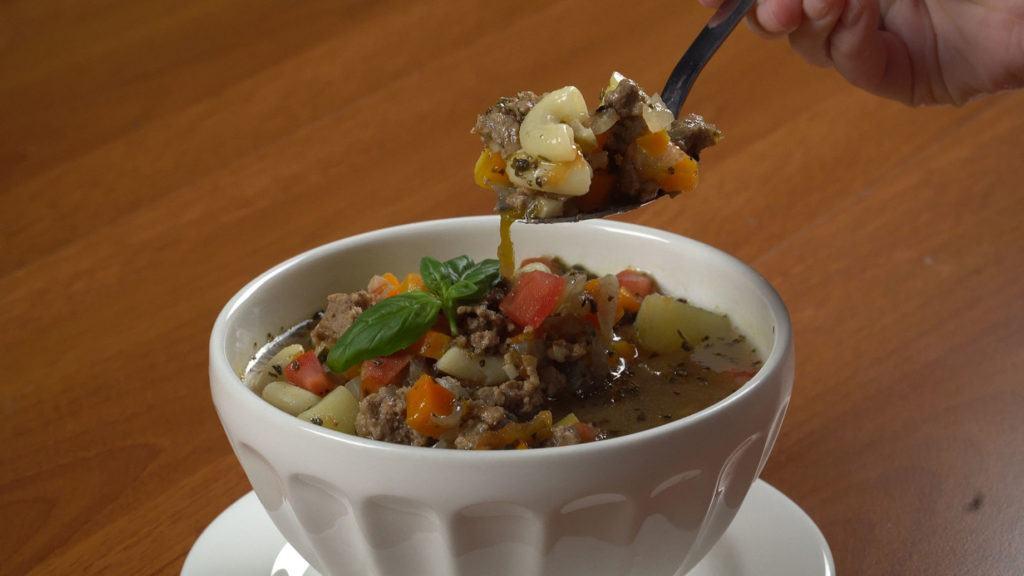 Sup tomat daging sapi tengah dinikmati.