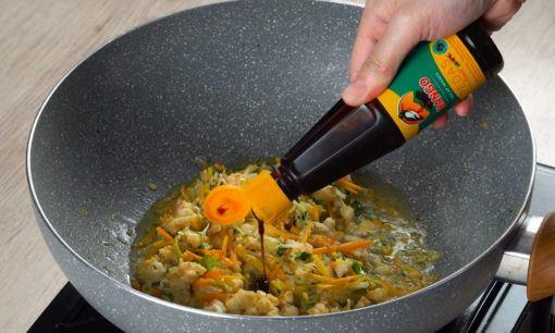 Menambahkan Bango Kecap Manis pedas untuk bumbu tahu jeletot.