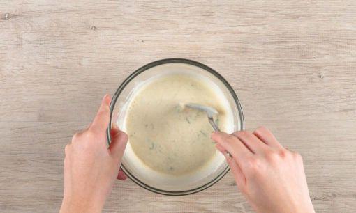 Menyiapkan balutan tepung tahu jeletot.