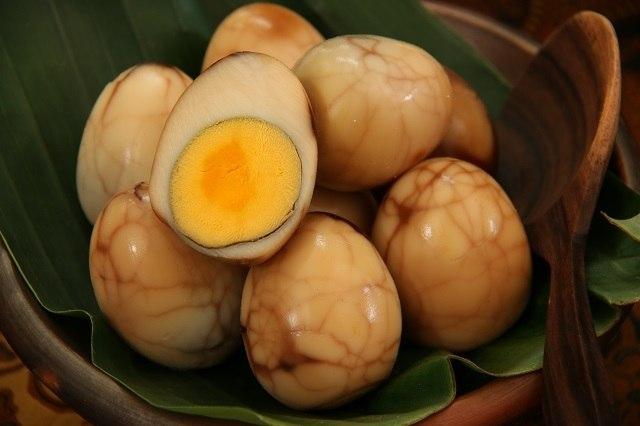Disebut telur teh karena dimasak bersama daun teh dan tersaji bersama kue keranjang.