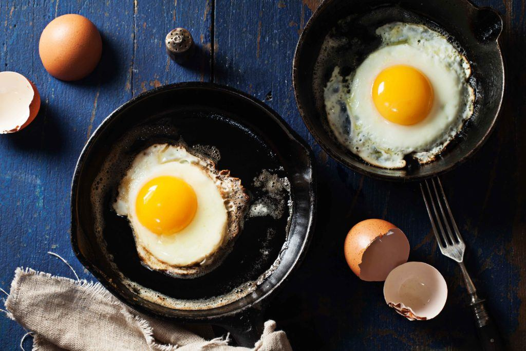 Wajan besi tempa dan telur goreng.