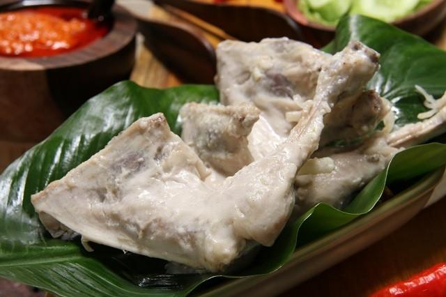 Ayam pop biasanya disajikan bersama sambal merah dalam masakan Padang.