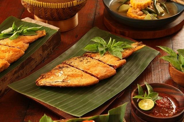 Bandeng presto yang disajikan dengan sayuran.
