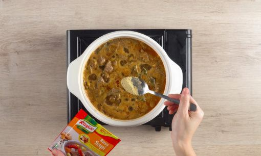 Membumbui rebusan daging dan kuah Coto Makassar.