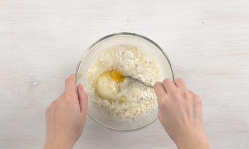 Membuat adonan dadar gulung ayam.