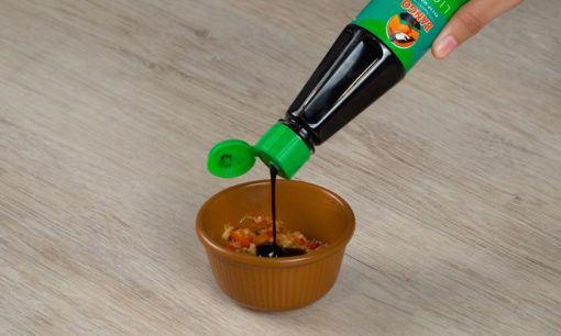 Membuat sambal kecap untuk keripik bayam.
