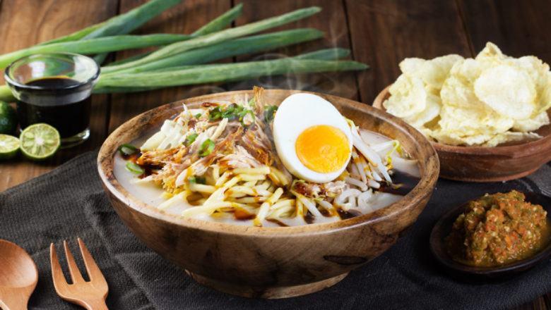Mie Koclok disajikan dalam mangkuk kayu.