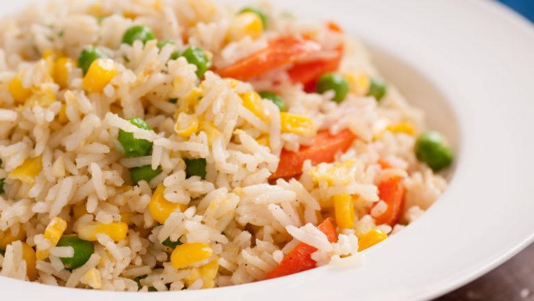 Nasi goreng sayuran tersaji di atas piring putih.