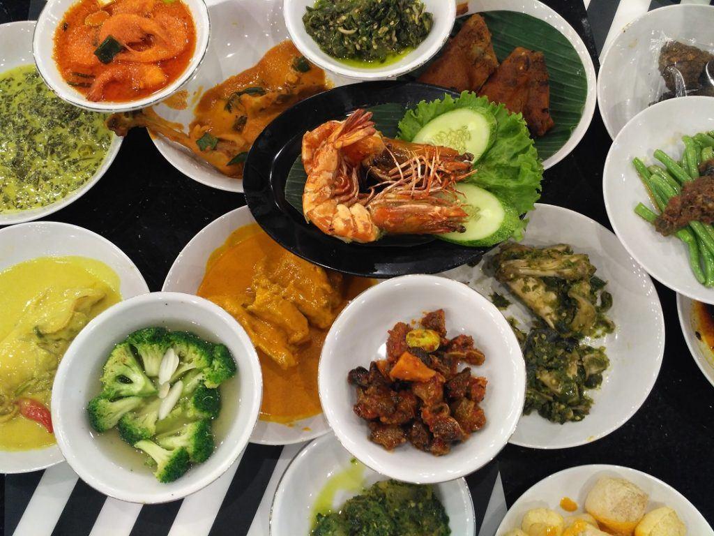 Masakan khas Padang tersaji di atas meja makan.