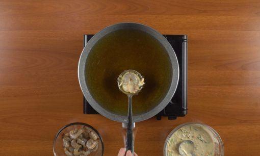 Menggoreng ote-ote udang.
