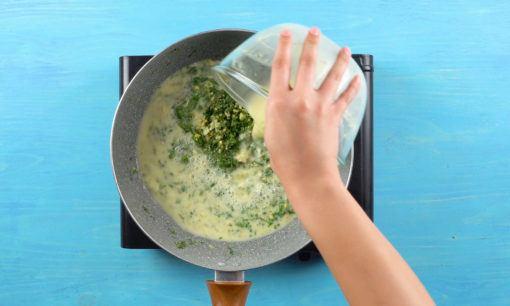 Mencampur sup krim dengan risoles ragout.